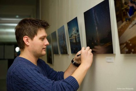 Maanus Masing oma eripreemia pälvinud fotole signatuuri andmas. Foto: Kalmer Saar