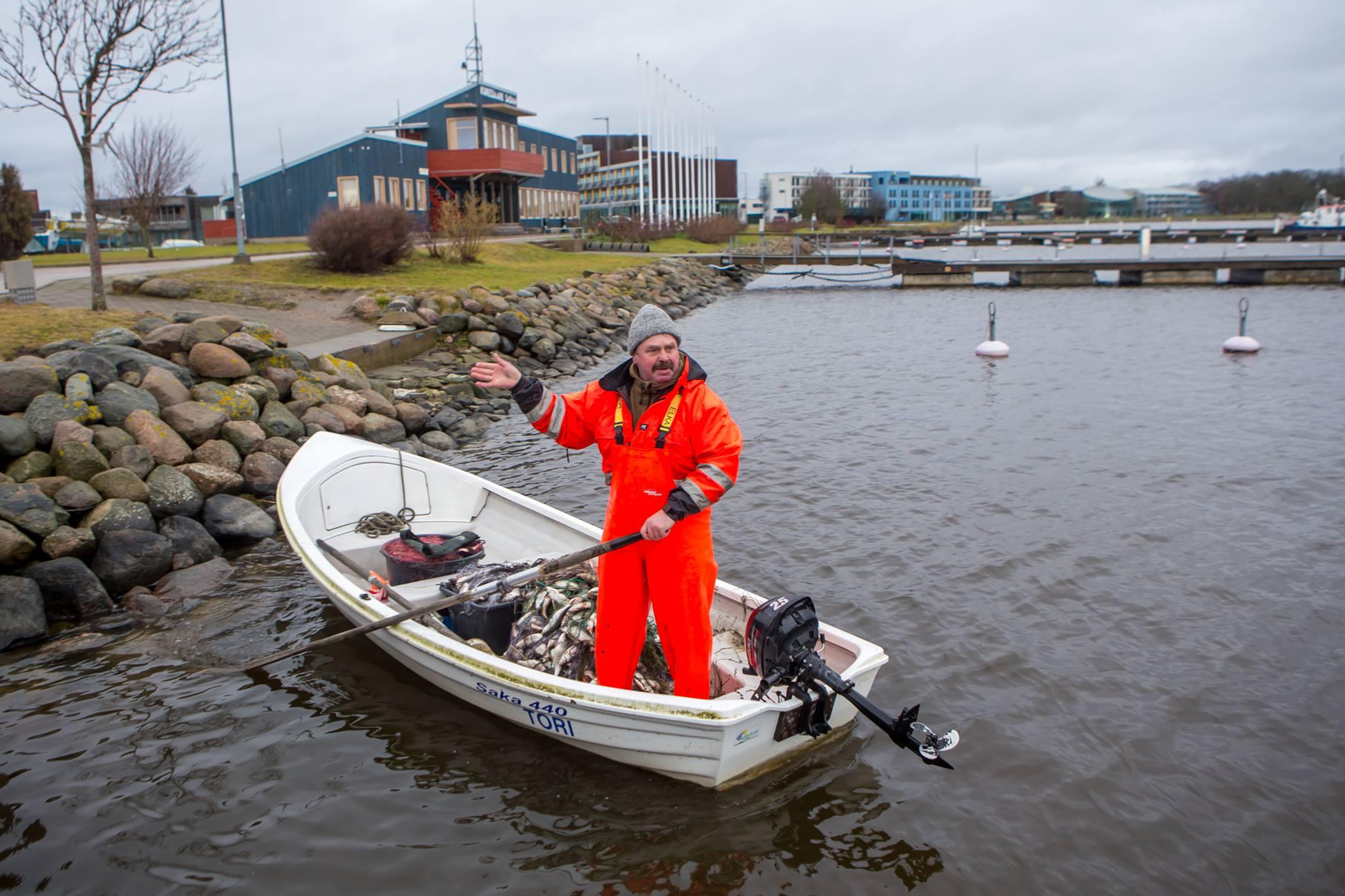Pühapäeva hommikul toodi Kuressaare jahisadamas merest välja uppunu. Politsei andmeil oli tegemist 1964. aastal sündinud mehega, kes pärit Läänemaalt. Mees oli Koluverehooldekodu elanik. Uppunu leidis sadama tagumises nurgas oma võrke […]