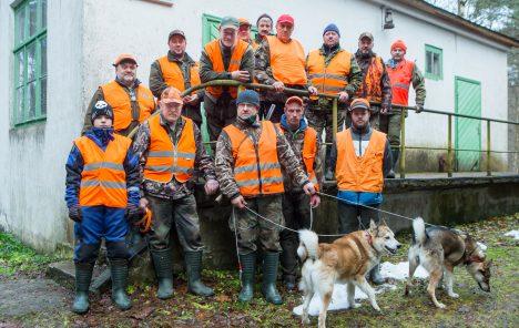 ENNE ÜHISJAHTI: Eelmisel nädalavahetusel kogunesid seltsi jahimaja ees pildile ühisjahil osalejad: (alumises reas vasakult) Oskar Mathias Kallas, Arli Lember, Mati Aljas oma koerte Reki ja Kaaruga, Kennar Lõhmus ja Mihkel Lempu. Trepil seisavad (vasakult) selle jahipäeva jahijuhataja Ilmo Torn, Janar Lempu, Toivo Lempu (toetub käsipuule), Konstantin Riik, Tõnu Lempu, Ain Viherpuu, Arvi Salu. Tagareas vasakult Indrek Kallas ja kõige pikem mees Tarvo Seema. MAANUS MASING
