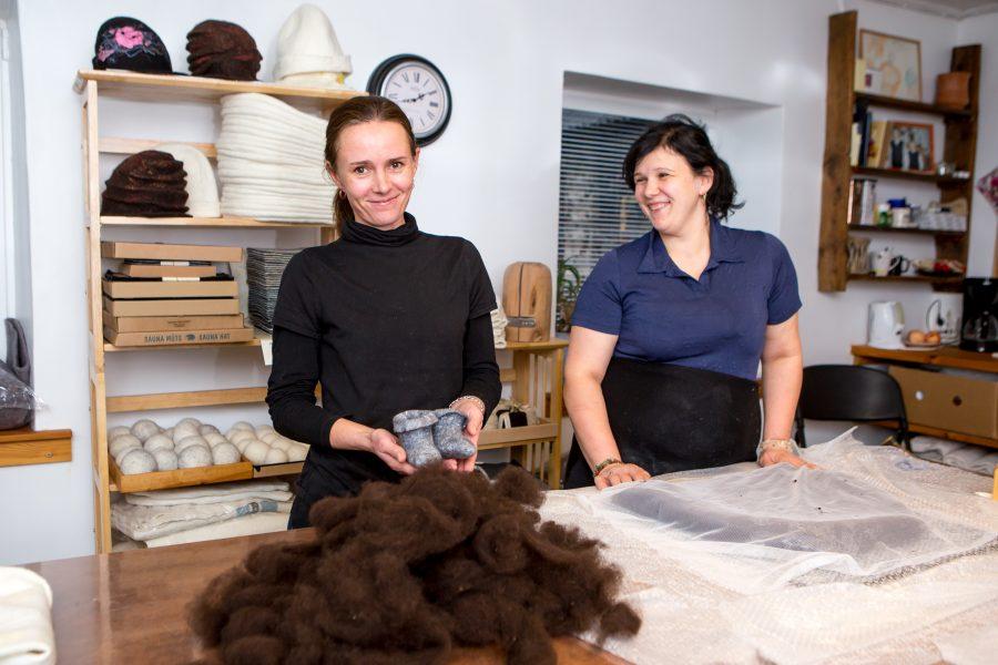 """Neli aastat tagasi tegevust alustanud Anne Lepiku viltimiskoda Eikla külje all plaanib palgata abilist, laiendab tootmispinda ja on jõudnud järjega Saare Selveri tootevalikusse. """"Kas on naturaalsed materjalid muutunud populaarsemaks või […]"""