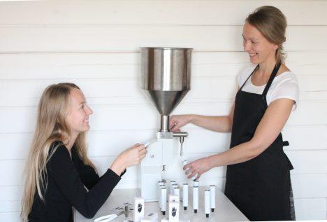 KREEMITEGU: Saaremaa punavetikast valmistavad kreemi Sabine Suuster ja Gerda Aus. ERAKOGU