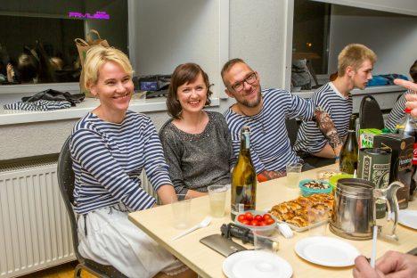 RAHULOLEVAD PEOLISED: Laua taga istuvad Piret Õisnurm, Heinika Esko, Siim Esko ja Karl Eik Rebane.  MAANUS MASING