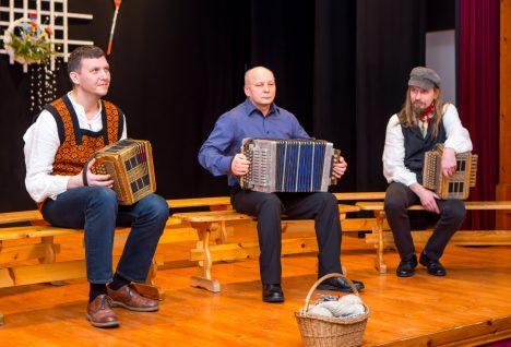 KONTSERDIL: Mängib Urmas Rahnik (keskel), oma järge ootavad Margus Traus ja Ain Hannus. MAANUS MASING