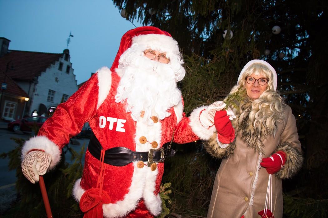 Jõuluvana Ote koos memm Milliga alustas täna päeval Kuressaarest sõitu sel aastas Valgas toimuvale jõuluvanade konverentsile. Kuressaare keskväljakul jõulukuuselt võeti väike oksake, mis viiakse konverentsile, samuti jagati teelesaatjatele ja lastele […]