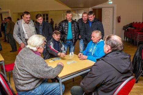 MÄNG KÄIB: Laua taga istuvad (vasakult) Hindrek Tiitsar, Jaan Kaju, Rein Timm ja Raivo Heinmets. Pealt vaatavad (vasakult) Rein Seema, Uku Timm, Argo Pruul, Kaido Kuusk ja Janar Kruuser.  MAANUS MASING