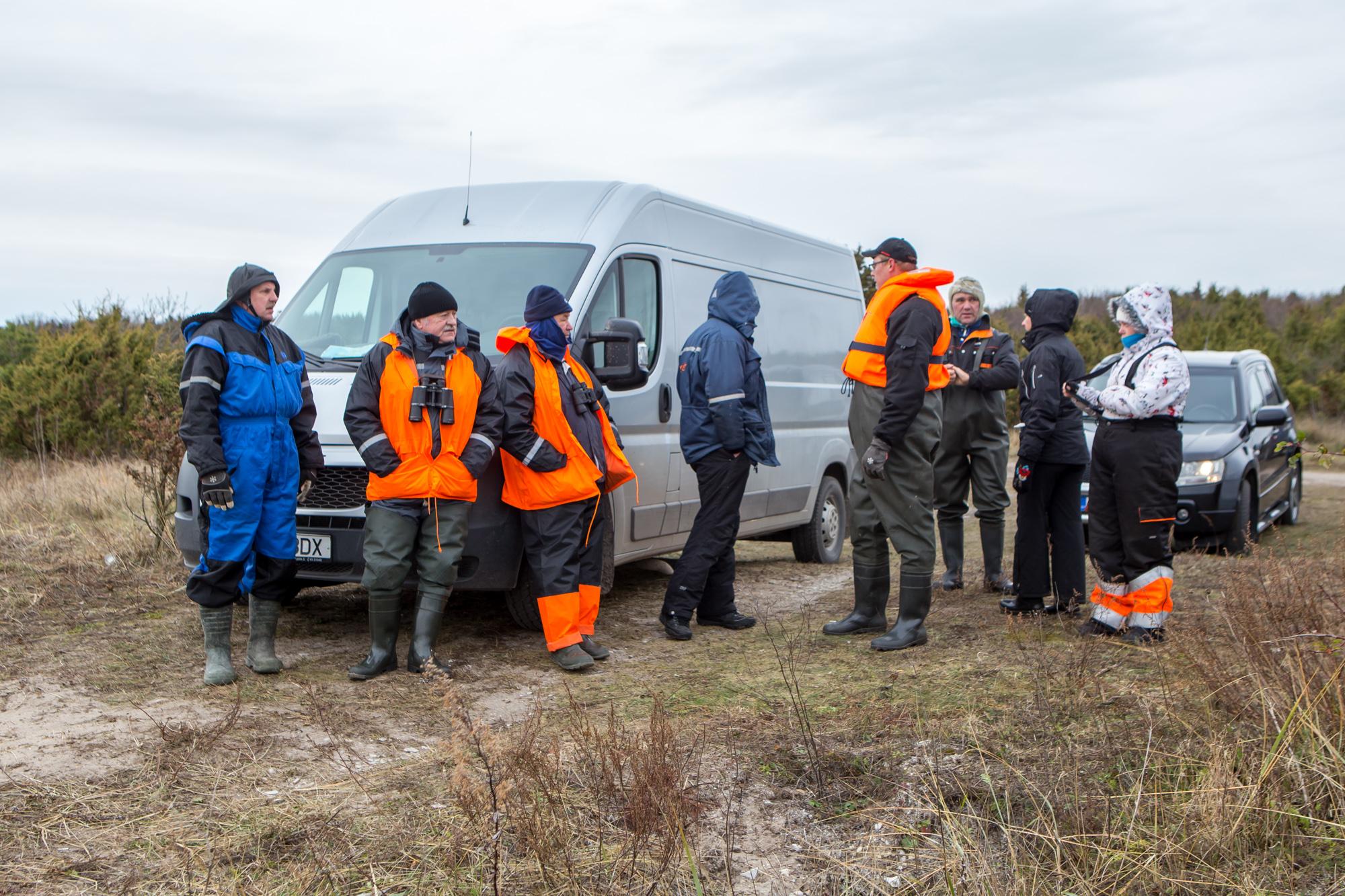 """Täna ennelõunal kogunesid Tirbi randa vabatahtlikud merepäästjad, kes koos Vätta Külade Seltsi inimeste ning sotsiaalmeedias postitatud üleskutse peale appi tulnutega otsisid 26. oktoobril kadunuks jäänud 61aastast kalameest Paavot. """"Läksime vabatahtlikele […]"""