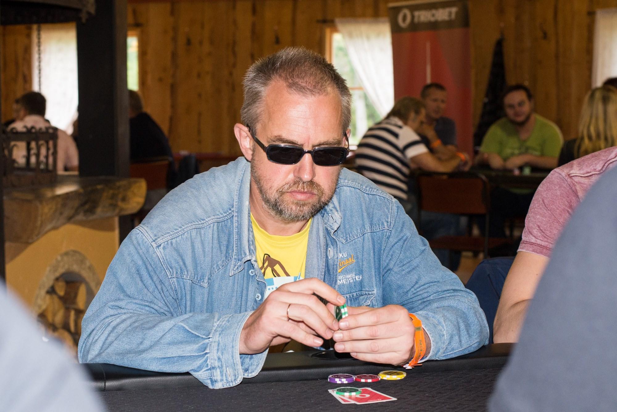 Käimasolevatel online-pokkeri Eesti meistrivõistlustel on harukordselt heasse hoogu sattunud 48-aastane saarlane Marko Kolk. Ta sai Eesti meistritiitli kahes erinevas mänguviisis. Kahe turniiri võitmine ühe päeva jooksul on kahtlemata midagi erakordset, […]