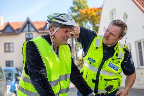 KOGUKONNA LEMMIK: Septembris käis Meelis Juhandi koos teiste politseinikega päevakeskuses ohutust jalgrattasõidust rääkimas. Fotol sobitab ta kiivrit pähe Mati Haugale. MAANUS MASING