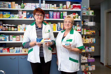 MUHULASTE HEAKS: Farmatseudid Leena Puu (vasakul) ja Maie Vallau on Muhu patrioodid. Nad tunnevad kõiki muhulasi, pealegi käib apteegis ka saarlasi ja välismaalasi. MAANUS MASING