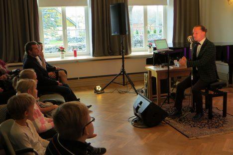 Pildil vasakult: Fred Erik Kuivjõgi, Tõnis Reitalu, Ingrid Kuivjõgi. Mia Maastik, kooli hoolekogu esimees Tamur Madisson. Paremal laulja Marek Sadam. ERAKOGU