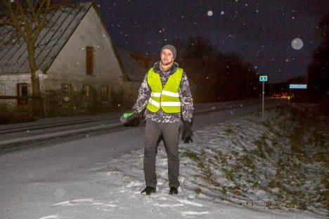 KAH OHTLIK KANT: Maavalitsuse arendusnõunik, liikluskomisjoni liige Karl Tiitson seisab Kihelkonna maanteel, mille teepeenraid kasutab üha enam kergliiklejaid kodu ja bussipeatuste vahet liiklemiseks. Kuna seal puudub valgustus, on see praegu ohtlik.  MAANUS MASING