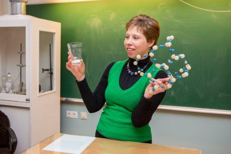 JOO VETT: Keemiaõpetaja Raili Tamm ütleb, et oluline on keha varustamine veega, mis oma ehituselt on täpselt selline, nagu tema käes olev mudel. See on kasulikum kui juua näiteks Coca-Colat, mis sisaldab ühes klaasis täpselt nii palju suhkrut nagu pildil näha. MAANUS MASING