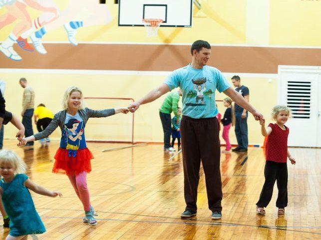 """Reedel peeti Kihelkonna koolis isadepäeva puhul lõbusaid olümpiamänge, kus võisteldi muu hulgas ämbrisse astumises, lesta tõmbamises ja varba viskamises. """"Tänapäeval kasutatakse vanu toredaid kõnekäände üha harvem ja nende tähendusedki kipuvad […]"""