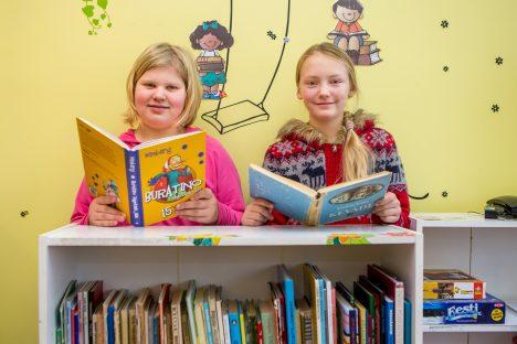 RAAMATUSÕBRAD: Kädi Õun (vasakul) ja Triin Kilgas loevad raamatuid väga heal meelel. MAANUS MASING