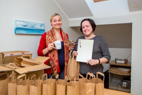 PALJU ÕNNE! Kristi Hints ja Margit Düüna koos kingitustega Osilia koostööpartneritelt. MAANUS MASING