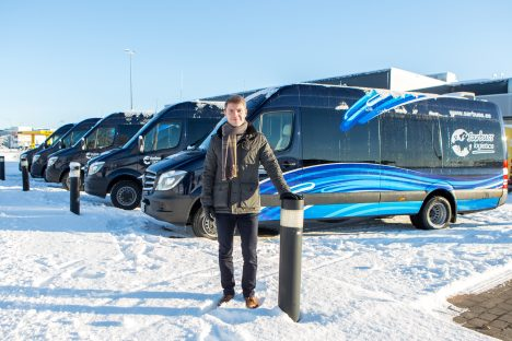 """MUGAVAD """"TÕLLAD"""": Taavi Tuisu kinnitusel Sarbussi uhiuutest väikebussidest mugavamaid väikesi busse Eestis ei leia. MAANUS MASING"""