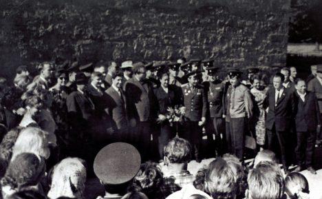 SAATUSLIKUL PÄEVAL: Kosmonaut German Titov Kuressaare lossi juures 20. juulil 1965. SAAREMAA MUUSEUMI KOGU