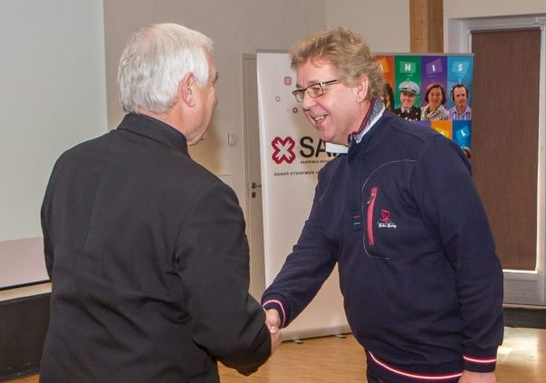 """Vabaühenduste tunnustamisüritused said eile mõttelise jätku, kui au sisse tõsteti Saaremaa kenamad ja tublimad. Nasva klubis ühisnädala raames toimunud kodanikupäeval, mille teema oli """"Hooliv inimene = hooliv ühiskond"""", tunnustasid Saaremaa […]"""