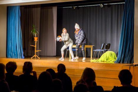 """""""KAMARAJURA"""": Teatriõhtu juhatas sisse 8.c klassi etendus. Pildil vasakult Kristiina Kuusk ja Mariliis Kindlam. MAANUS MASING"""