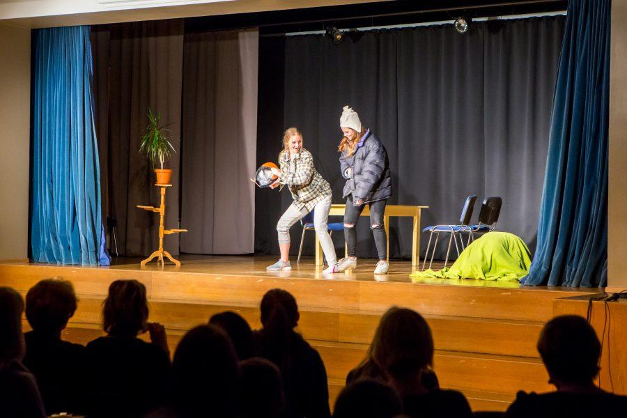 Kuressaare gümnaasiumi Väikesel Teatriõhtul astusid üles kõik põhikooli 7.–9. klassid ehk kokku üheksa klassi. KG eesti keele ja kirjanduse õpetaja Merle Rekaya ütles, et ise kirjutasid näidendi kõik kaheksandad klassid […]