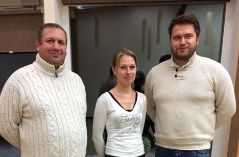 MANTLIPÄRIJATEGA: Endine alevikuvanem Andres Tinno (vasakul), Piret Kuldsaar ja Hannes Sepp. PIA KÄESEL