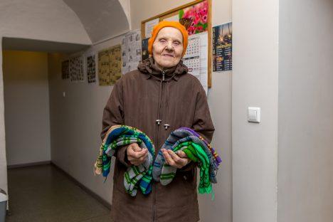 SEITSE PAARI: Helgi Sepa jaoks on kudumine hobi ja sokid valmivad tema nobedate näppude vahel kiiresti. MAANUS MASING