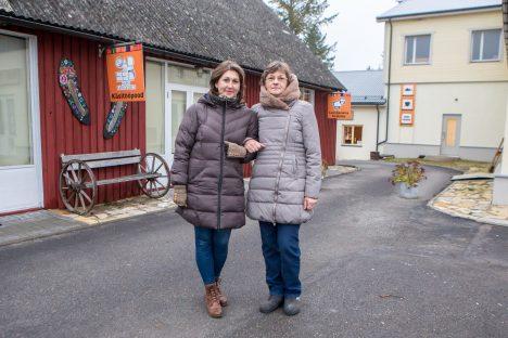 TUNNUSTUST VÄÄRT: Liiva keskuses tegutseva käsitööpoe juhataja Ivi Moon ja Janne Kommel lambanaha töötoast kinnitavad, et kõik on kena, mis Liival tehtud. Tunnustus on seega välja teenitud. MAANUS MASING