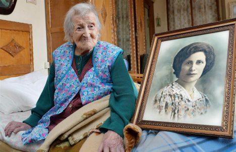 MUUTUMINE AJAS: Lõppeva nädala alguses täitus itaallannal Emma Moranol 117. eluaasta. Sel pildil on ta koos oma noorpõlve portreefotoga.  LA-CROIX.COM