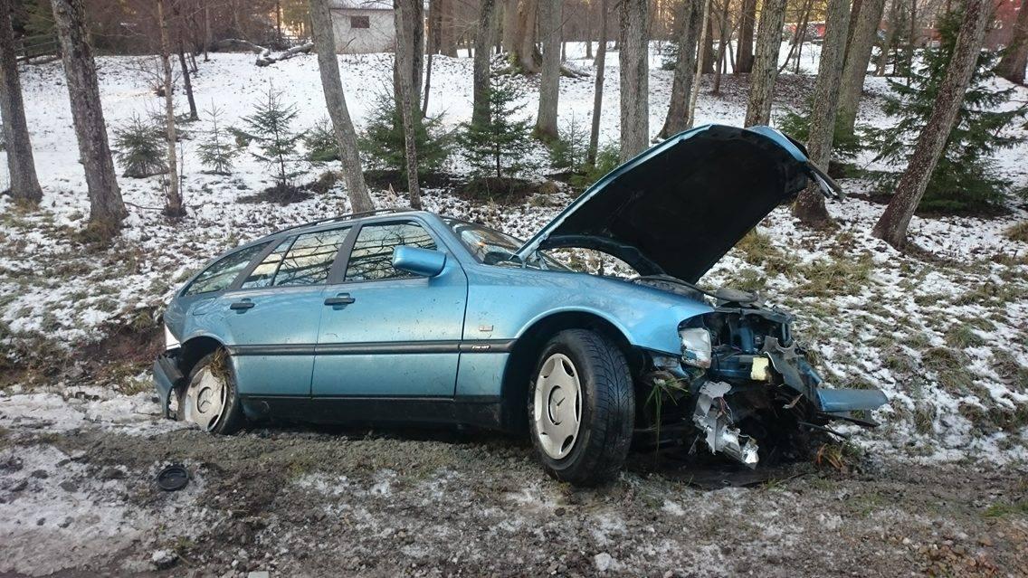 Täna keskpäeva paiku juhtus autoõnnetus Nasva-Mändjala vahelisel teelõigul, kui sõiduauto Mercedes libedaga kraavi sõitis. Pealtnägija sõnul hakkas auto teel vingerdama ning sõitis kraavi. Roolis olnud vanaproua lahkus sündmuspaigalt õnneks siiski […]