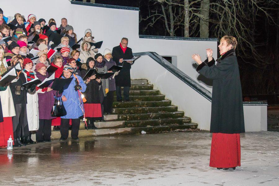 """Seitsmes Kihelkonna talvelaulupidu tõi kokku umbes 240 lauljat Saaremaalt ja kaugemaltki. Kihelkonna segakoori dirigent Imbi Kolk ütles Saarte Häälele, et talvelaulupeoga tähistab koor traditsiooniliselt oma sünnipäeva. """"Meil on oma tubli […]"""