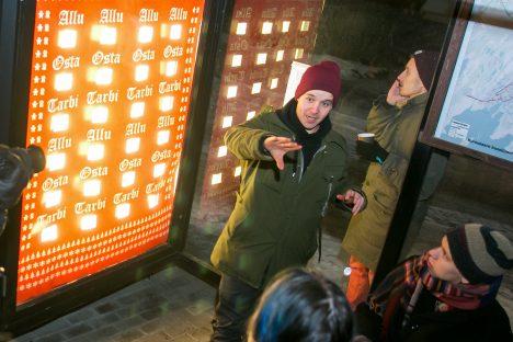 AVAMISEL: Sander Raudsepp selgitab oma installatsiooni ideed. Tema kõrval istub Henri Tolli. IRINA MÄGI