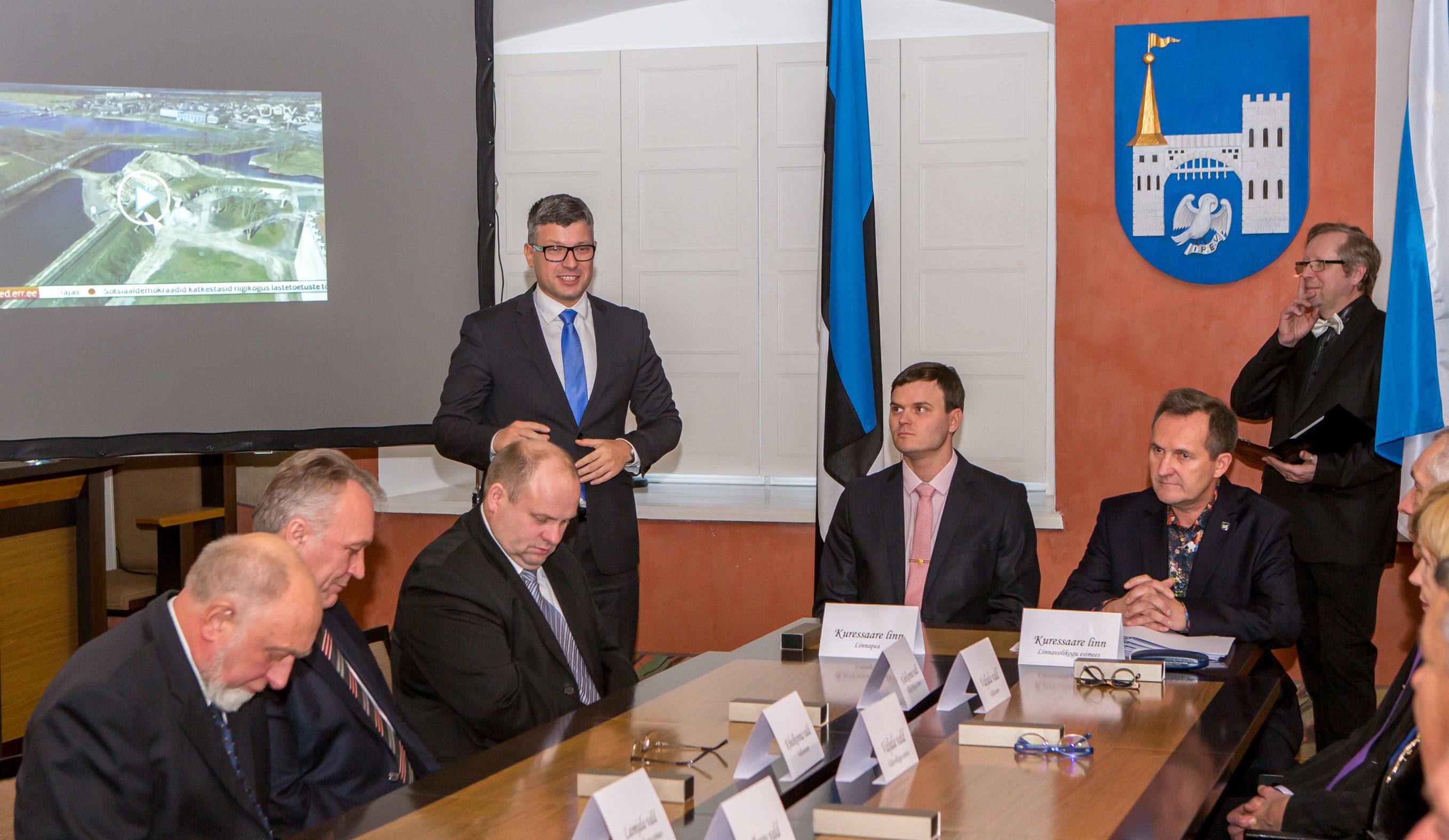 """Neljapäeval Saaremaa valla ühinemislepingu allkirjastamisel viibinud riigihalduse minister Mihhail Korb väisas ka lepingust eemale jäänud Pöide valda, kus kinnitas, et valitsus jätkab haldusreformiga kehtiva seaduse järgi. """"Mõistan Pöide vallajuhtide muret […]"""