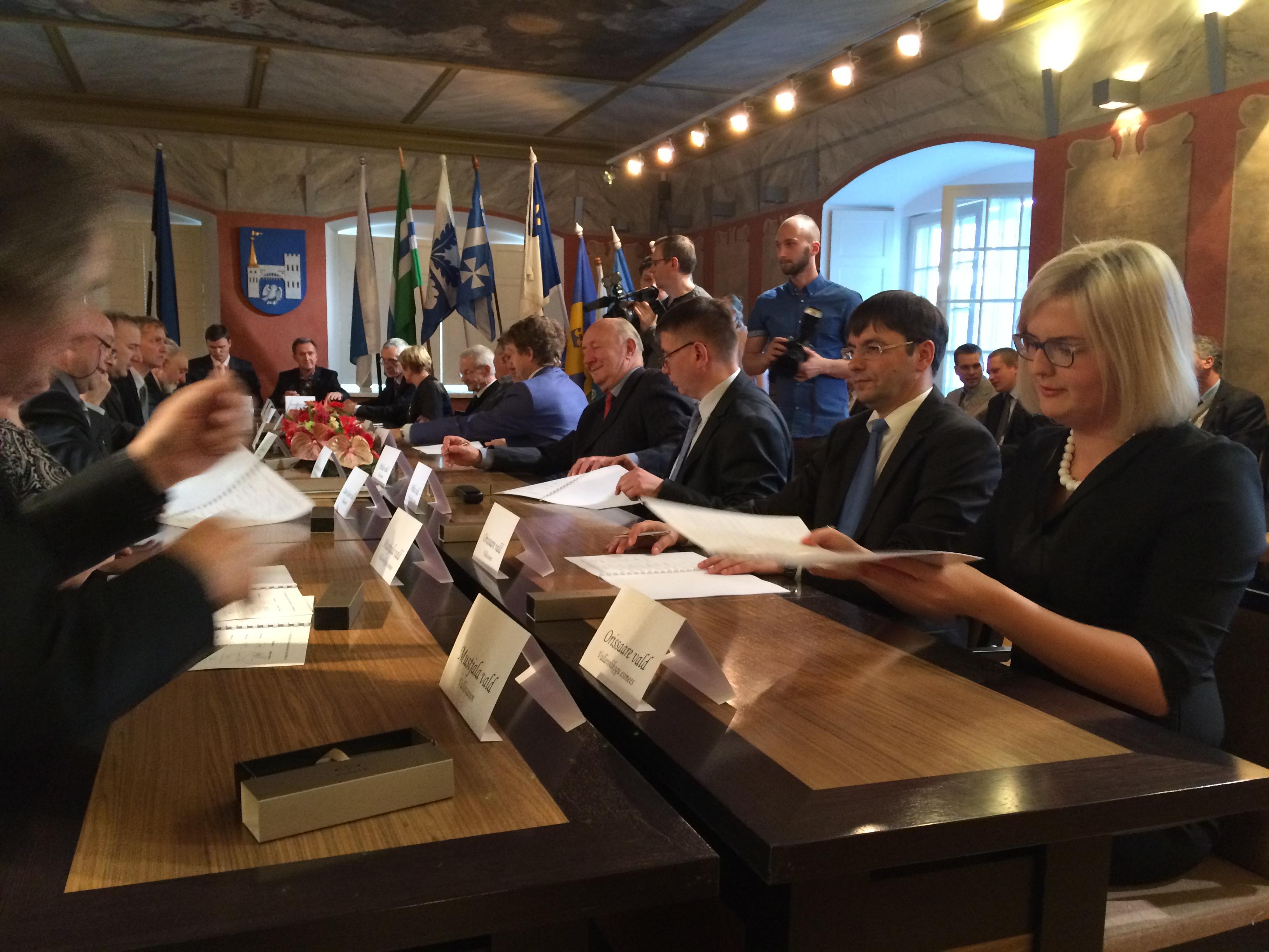 Täna kell 15kirjutasid Kuressaare raekojas Saaremaa valla ühinemislepingule alla 11 valla vanemad ja volikogu esimehed. Kohal viibinud riigihladuse minister Mihhail Korb ütles tervituses et kindlasti on saarlased muule Eestile eeskujuks.