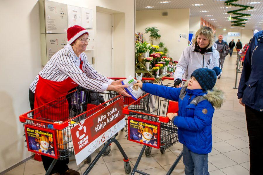 Kuressaare toidupank ootab jõulukuistel toidukogumispäevadel tavalisest rohkem maiustusi. Eile kella kahe paiku päeval seisis Saare Selveri kassade lähedal kaks toidupanga kogumiskäru. Neist ühe juures annetusi vastu võtnud Endla Saaretalu kinnitusel […]