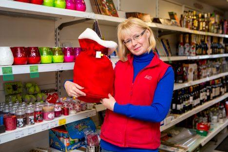 PÄKAPIKUKOTIKE: Hellamaa poe müüja Sille Rebane demonstreerib päkapikukotti, mis on jõulude aegu üks nõutavamaid kaupu. MAANUS MASING