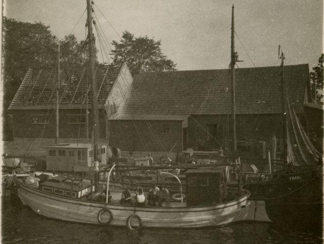 """Oma 1939. aasta reisikirjas Ruhnu saarelt (avaldatud sama aasta Rahvalehes) kirjutab loo autor, noor ajakirjanik Evald Voitk muu hulgas ka suvisest angerjapüügist. Allpool katkendeid reisikirjast koos mõningate tähelepanekutega. """"Ühel õhtupoolikul […]"""