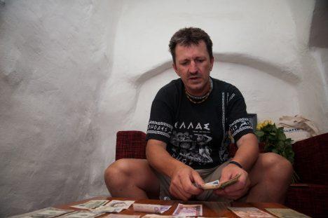LOEB RAHA: Gunnar Usina hobi on numismaatika. Fotol näitab ta oma vanarahakogu.  RAUL VINNI
