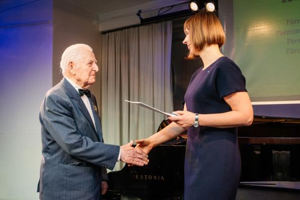 """94-aastane saarlane, Pärnu saarlaste seltsingu asutaja Henno Sepp pälvis oma aastakümnete pikkuse vabatahtliku töö eest aumärgi. """"Neid asju, mida olen teinud, on nii palju, et ma ise ka ei usu,"""" […]"""