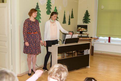 VÄÄRT PILL: Õpetajate Annika Pihli ja Kerli Remmelga sõnul paneb uue digiklaveri heli laste silmad särama. MAANUS MASING