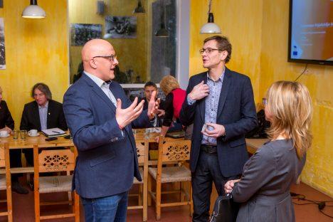 KOOSTA RESTORANIS: Omniva juht Aavo Kärmas ja Muhu vallavanem Raido Liitmäe peavad aru. Paremal seisab Omniva kommunikatsioonijuht Kaja Sepp. MAANUS MASING