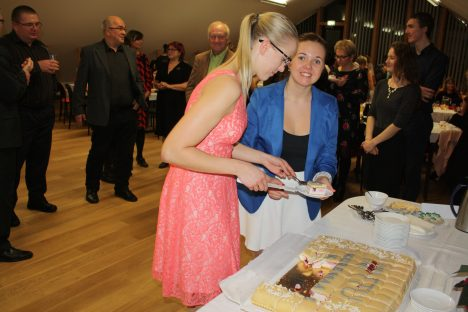 SUU MAGUSAKS: Helina Kristin (vasakul) ja Elisabeth Tammiste õppejõududele torti jagamas. TTÜ KURESSAARE KOLLEDŽ