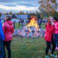 Suure Töllu puhkekülas toimus reedel jaanituli koos ansambliga Väikeste Lõõtspillide Ühing. FOTOD: Tambet Allik